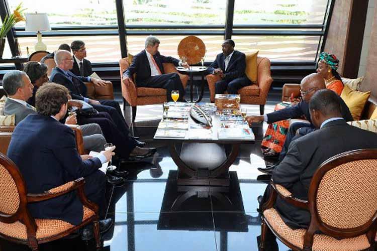 Le Secrétaire d'Etat Kerry rencontre le ministre des Affaires Etrangères Raymond Tshibanda à l'aéroport de Kinshasa. (Images du Dépt. d'Etat)