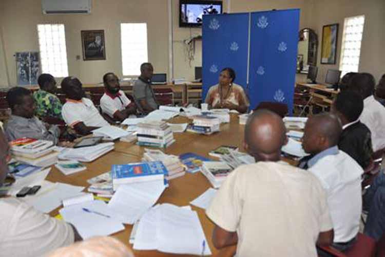 La responsable des Ressources Humaines de l'ambassade des Etats-Unis Christine De Silva discutant avec les visiteurs de l'IRC (Images Dept d'Etat)