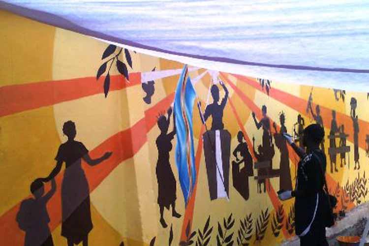 Un artiste à l'oeuvre sur un mur à Bukavu dans le Sud Kivu. (Images du Dépt. d'Etat)