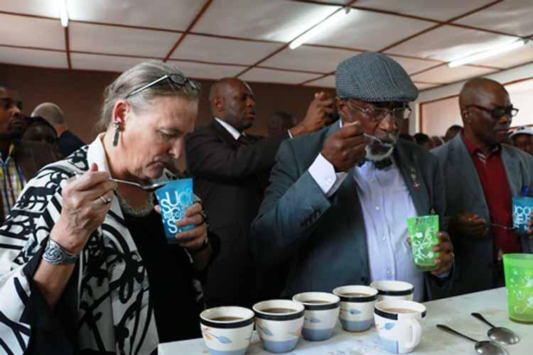 Le Gouverneur Marcellin Cishambo et Dr. Diana Putman lors de la séance de dégustation. (Images du Dépt. d'Etat)