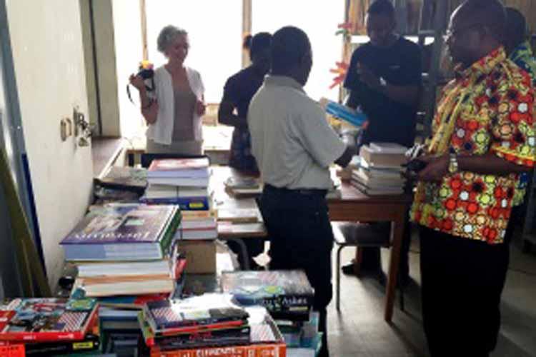 Mme Kathleen Malu, Spécialiste de la langue anglaise, et M. Alain Mesa, Directeur du Centre d'Information et de Documentation, présentent les livres aux professeurs de l'ISP de Kikwit. (Images du Dépt. d'Etat)
