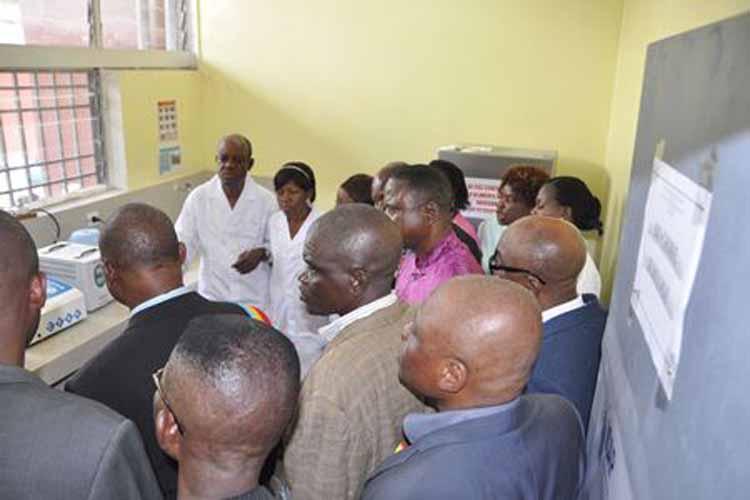 Les autorités présentes à l'inauguration visitent l'un des laboratoires (Images du Dépt d'Etat)