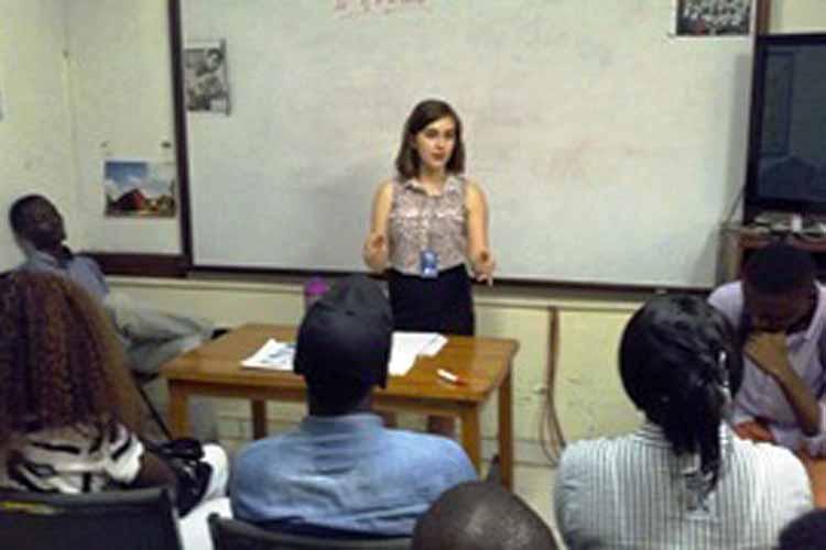 Mira Reynolds mène une discussion sur les femmes dans la société. (Images du Dépt. d'Etat)