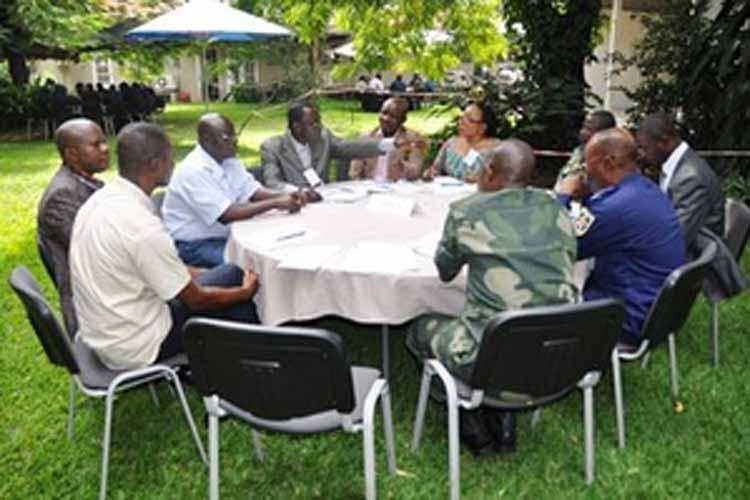 Une discussion de groupe entre des participants au séminaire (Image du Dépt d'Etat)