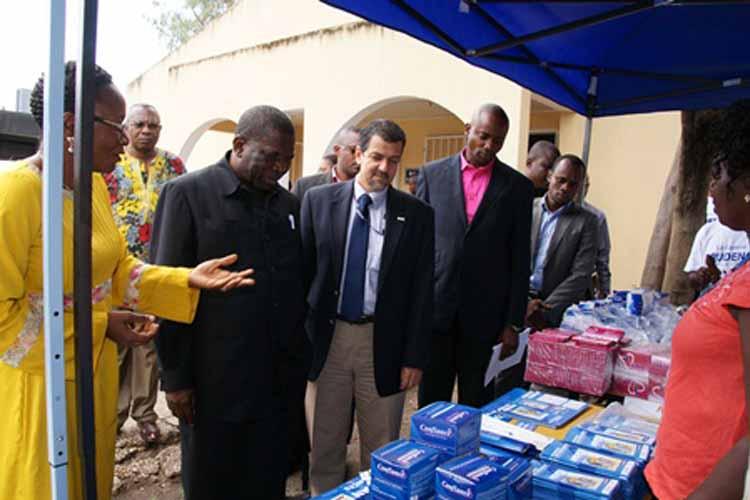 Le Secrétaire Général à la Santé Dr Mukengeshayi Kupa et le chef de mission adjoint de l'USAID Christophe Tocco visitent un stand de produits qui seront distribués à travers le projet SIFPO.(Photos Dépt d'Etat)