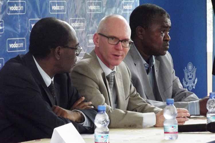De g. à d.: Dr. Clément Mwabila; l'Ambassadeur James C. Swan et Dr. Mbuyi Mukendi de l'Unikin. (Images du Dépt. d'Etat)